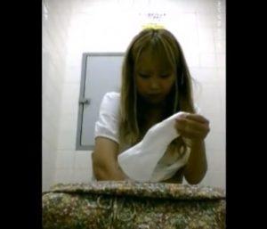 0447_jyoshiwc_napukinhamidashi3_004-300x257 【生理】かわいい女の子が生理中で大き目のナプキンをパンティに装着します!【盗撮】
